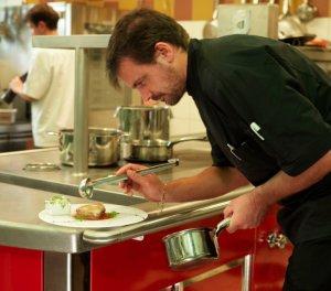 Le chef Stephane Polly dans les cuisines du Vivarais